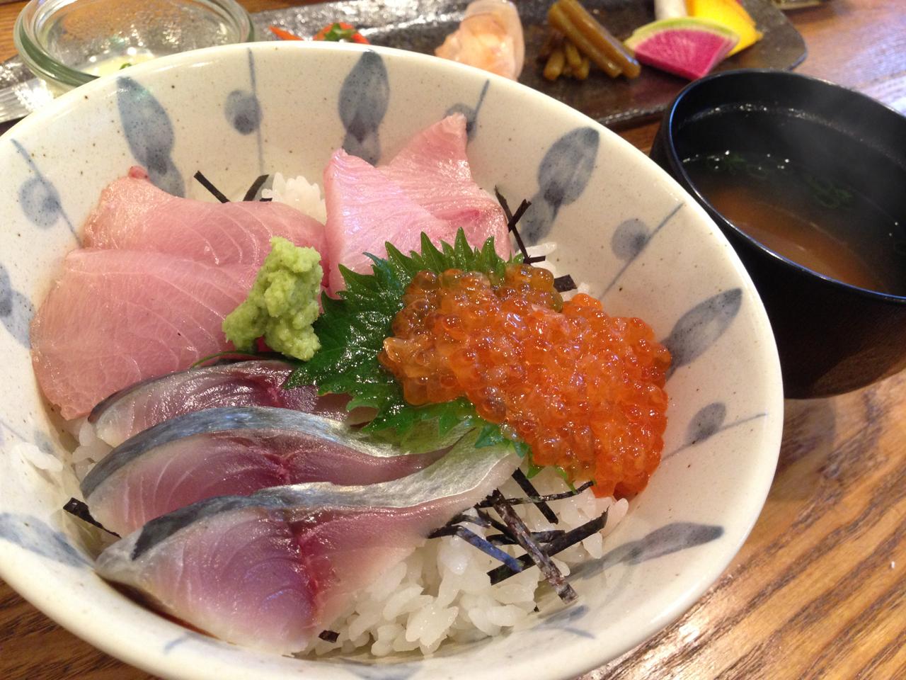 佐渡寒ブリ、小田原鯖とイクラの三色ちらし丼