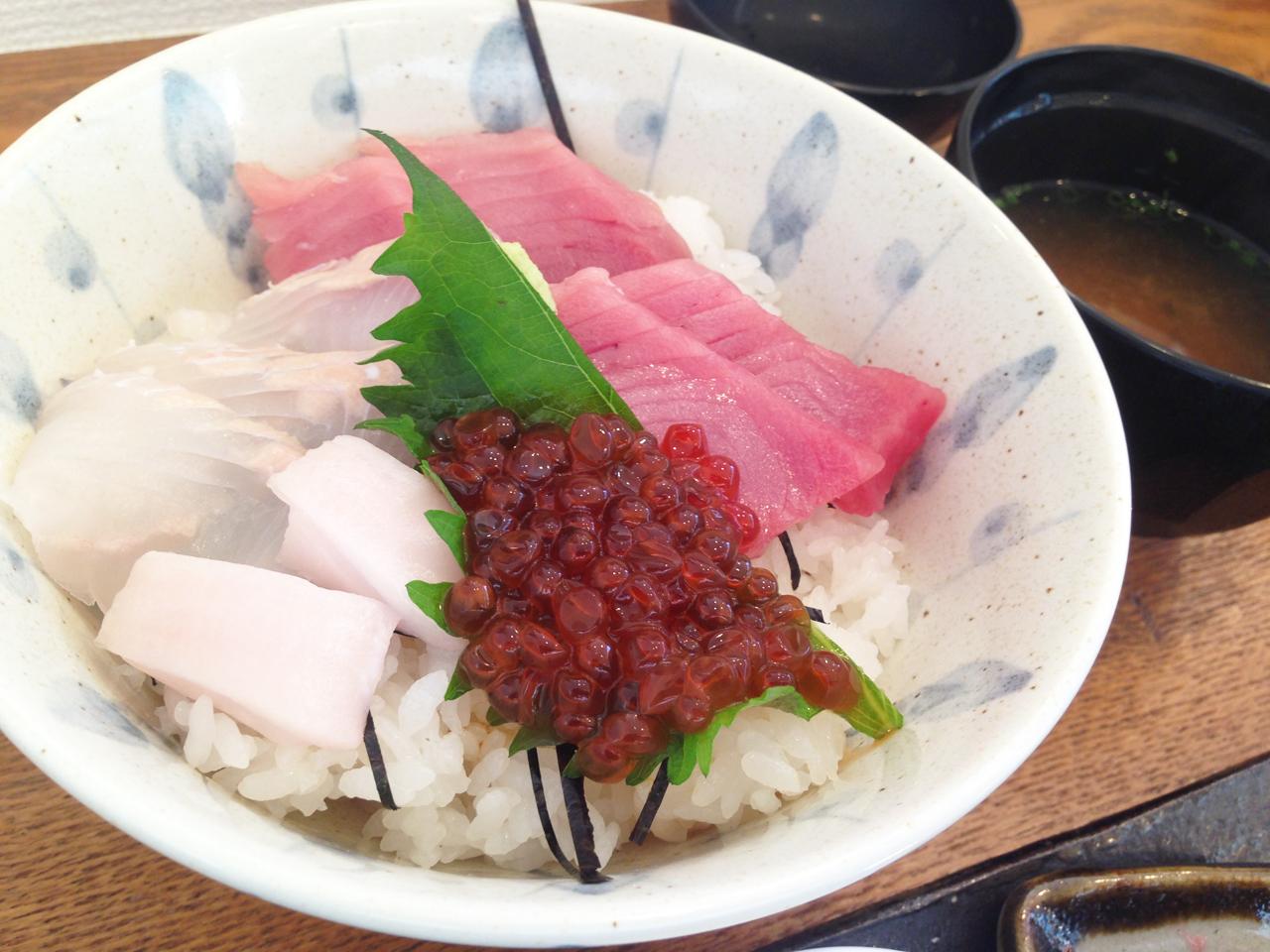 松川カレイ、キハダマグロとイクラの三色丼