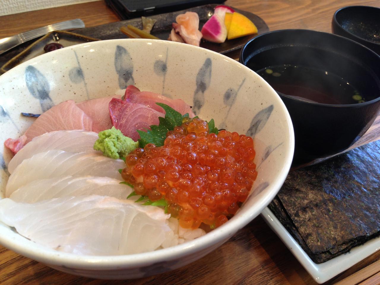 松川カレイ・寒ブリ・イクラの三色ちらし丼